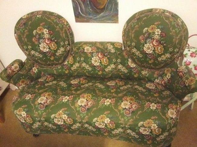 <p>SPESIELL: Denne uvanlige sofaen fra gamle dager lå fredag til salgs på finn.<br/></p>