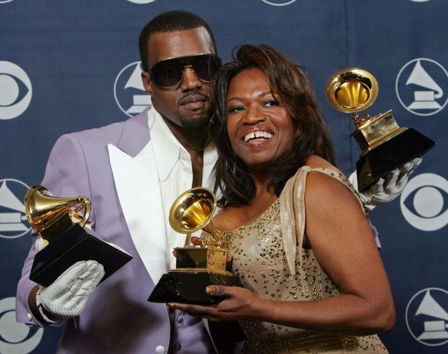 <p>MOR OG SØNN: Kanye West og moren Donda på Grammy Awards i Los Angeles i 2006, året før hun døde.</p>