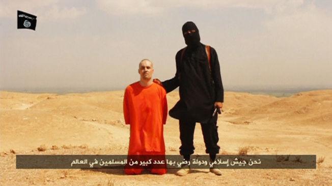 <p>HENRETTET: Under en melding betegnet som «En melding til Amerika» ble denne videodokumenterte henrettelsen av en amerikansk statsborger plukket opp på sosiale medier. Videoen ble senere verifisert, og mannen ble identifisert som den amerikanske journalisten James Foley. I motsetning til ISs nye bilder, er denne IS-bøddelen bevæpnet med kniv.<br/></p><p><br/></p>