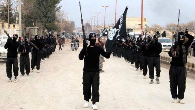 <p>MARSJERER VIDERE: Militante islamister fra Den islamske stat marsjerte gjennom byen Raqqa i Syria i januar i fjor. Ved hjelp av groteske metoder har de tatt kontroll over stadig større områder.</p>