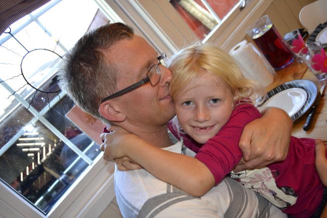 <p>BLE FRISK: Thomas Overvik sammen med datteren Elina Aurora (7). Elina ble født i 2006, mens Thomas var alvorlig syk med ME. Det første året klarte han nesten ikke holde datteren. Samtidig måtte hans kone Annette stelle både en nyfødt baby og en syk mann.</p><p/>