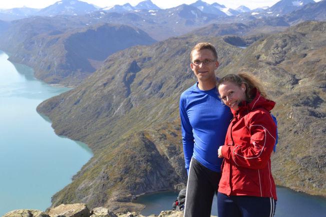 <p>PÅ TOPP: Thomas Overvik gikk fra å være så syk at han ikke klarte spise vanlig mat, til å bestige fjellet Besseggen i Våga kommune sammen med sin kone Annette Gaasholt i sommer.<br/></p>