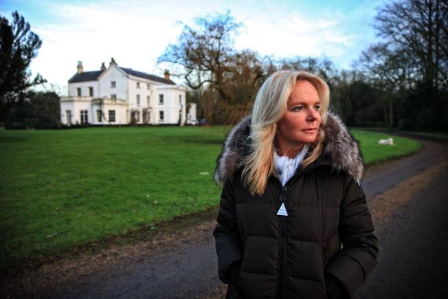 <p/><p>NY STORSERIE: «Lucinda Riley, den produktive irske forfatteren, har virkelig slått på stortrommen denne gangen. Ikke mindre enn syv romaner er planlagt, om syv søstre og mye, mye mer. (…) Det er sus over persongalleriet, og myter, historier og legender i «De syv søstre», skriver VGs anmelder Guri Hjeltnes. Her er forfatteren fotografert utenfor sitt herskapelige hus i Norfolk i England.<br/></p><p/>