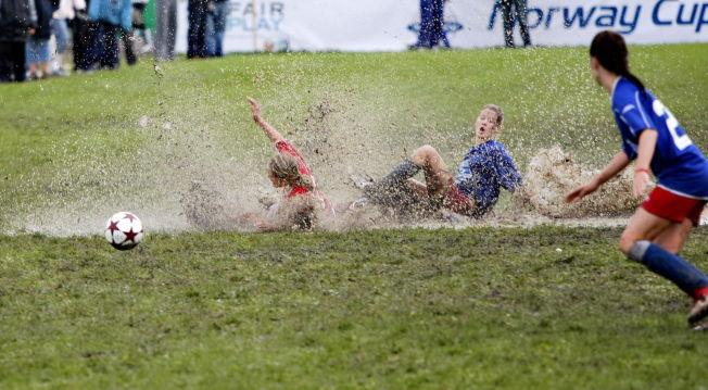 <p>IKKE FOR ALLE: Organisert fotball er blitt så kostbart for noen at idrettsforbundet advarer klubbene mot å bli ekskluderende. Her fra en jentekamp under Norway Cup på Ekerbergsletta i øsende regnvær.<br/></p>