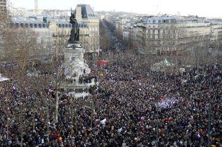 <p>MOT TERROR: Place de la Republique ble fylt av folk som vil være med på markeringen mot terror.</p>