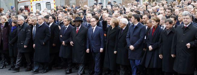<p>HISTORISK SAMLING: Erna Solberg (rød ring) måtte innfinne seg i de bakre rekkene av europeiske statsledere som deltok i marsjen i Paris sentrum i går. Foran fra venstre går Danmarks statsminister Helle Thorning-Schmidt, Paris' borgermester Anne Hidalgo, EU-kommisjonens president Jean-Claude Juncker, Israels statsminister Benjamin Netanyahu, Frankrikes tidligere president Nicolas Sarkozy, Malis president Ibraheim B. Keita, Frankrikes president François Hollande, Tysklands forbundskansler Angela Merkel, Palestinas president Mahmoud Abbas, Italias statsminister Matteo Renzi, Sveits' president Simonette Sommaruga, Tyrkias statsminister Ahmet Davutoglu og Ukrainas president Petro Porosjenko.</p>