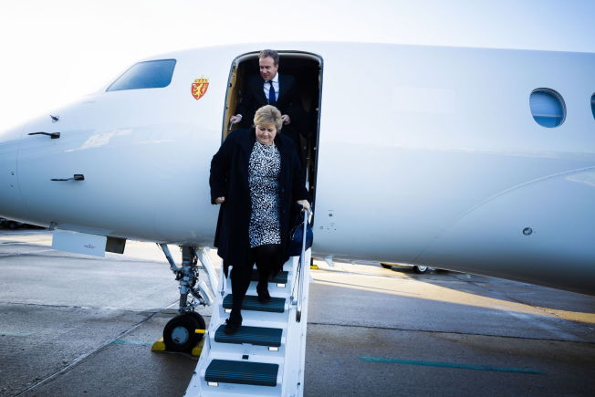 <p>BONJOUR: Erna Solberg og Børge Brende ankom Paris med privatfly søndag morgen.</p>