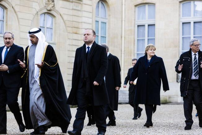<p>TOK BUSS: Erna Solberg på vei ut av presidentpalasset og over i en buss som tok lederne til marsjen. Her sammen med blant annet sjeik Mohamed Ben Hamad Ben Khalifa Al Thani, som er en del av Qatars kongefamilie.</p>