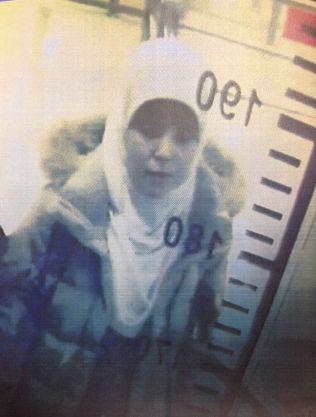 <p>ETTERLYST: Hayat Boumeddiene (26) avbildet på flyplassen i istanbul 2. januar i år.<br/></p>