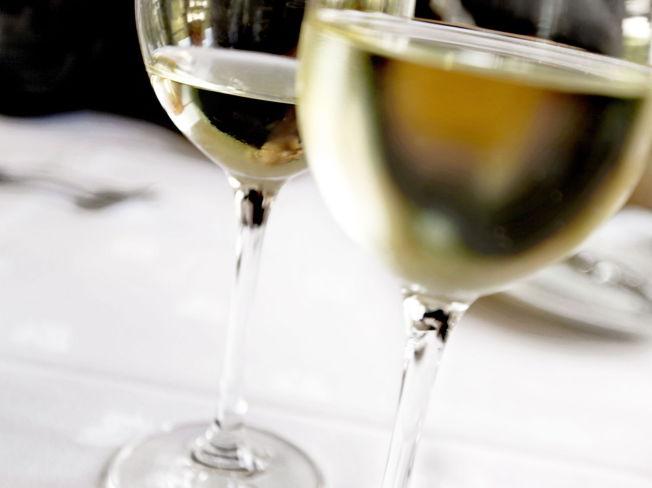 <p>GODT I GLASSET: Går det som landbruks- og matminister Sylvi Listhaug (Frp) håper, skal nisjeprodusenter få lov til å selge alkoholholdig fruktsider over 4,7 volumprosent allerede i 2015.<br/></p>