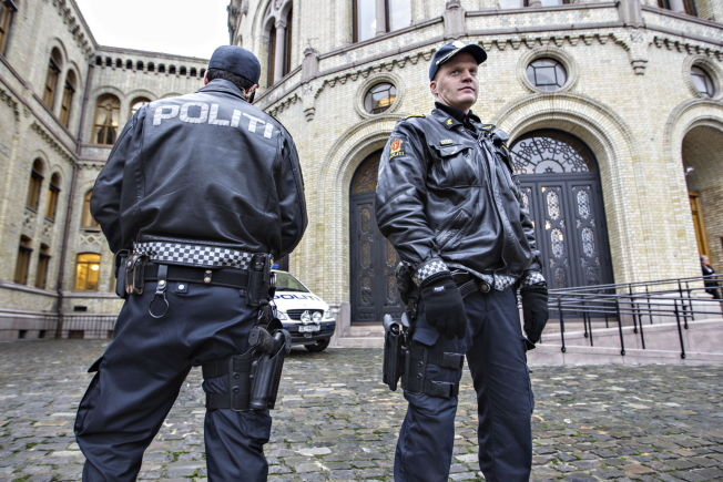 <p>VOKTER DE FOLKEVALGE: I følge Politiets Fellesforbund har politifolkene som står foran Stortinget ikke noe i mot å være bevæpnet.</p><p/>
