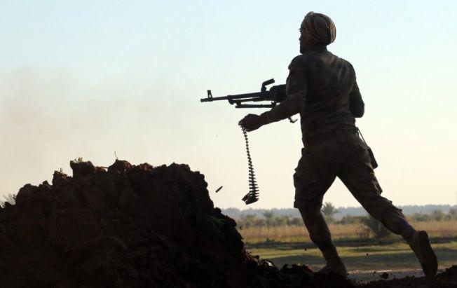 Verden er inne i en mer urolig periode nå, mener fredsforskere. Krigen i Irak og Syria har høye dødstall og er mye av forklaringen på at verden i 2014 ble mer urolig. Her kjemper irakiske styrker mot ISIS.
