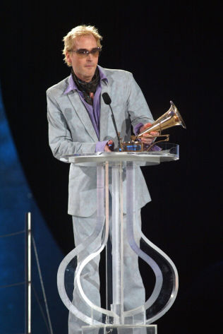 <p>DAVÆRENDE POPKONGE: Morten Abel under utdelingen av Spellemannprisen for 2001. Foto: NTB SCANPIX</p>