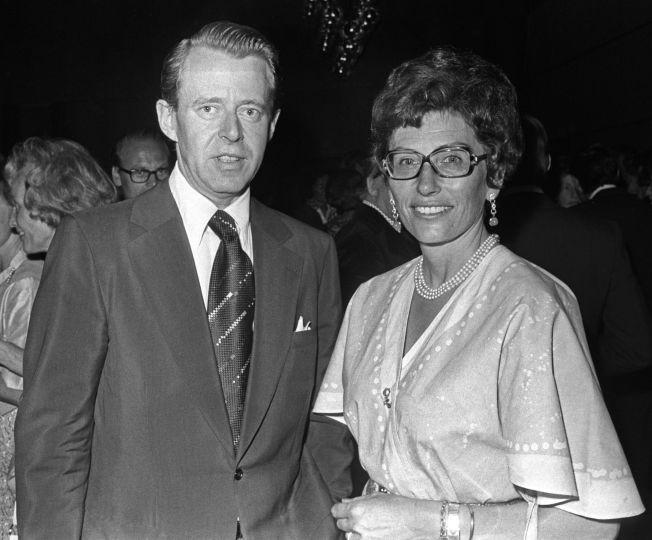 <p>KJÆRLIGHET: Prinsesse Astrid, fru Ferner, ventet lenge nok med å få gifte seg med sin kjære, Johan Martin Ferner. Her er de under åpningen av hotell Scandinavia i Oslo i 1975.</p>