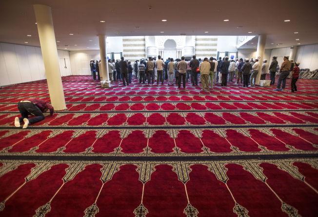 <p>– Jeg er en muslim, ikke moderat muslim. Men en fredelig og demokrativennlige muslim som norske muslimer flest, skriver kronikkforfatteren. Bilde fra fredagsbønnen i Central Jamaat Ahle-Sunnat-moskeen.</p>