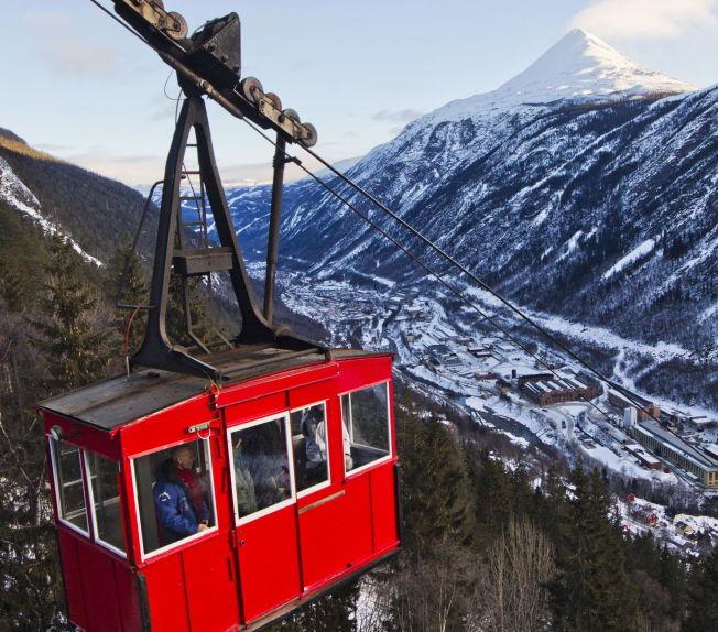 <p>KROSSOBANEN: Tar Rjukanfolk og turister opp til sola.</p>