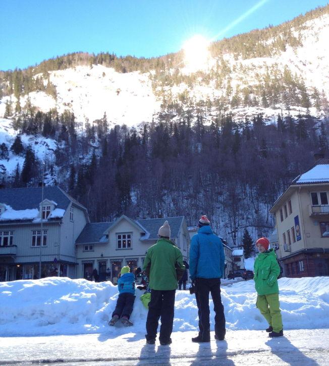 <p>SOL: Speilet gir solskinn på torget i Rjukan.</p>