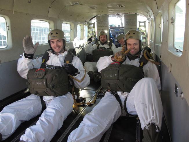 <p>NESTEN EKTE SABOTØRER: Firmaet Yorway iscenesetter Gunnerside-aksjonen så levende at deltakerne slippes ut over Hardangervidda i fallskjerm.<br/></p>