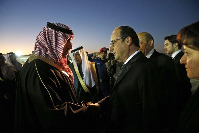 <p>Frankrikes president Francois Hollande blir ønsket velkommen av guvernør Turki bin Abdullah al-Saud ved Riyadh-flyplassen lørdag.<br/></p>