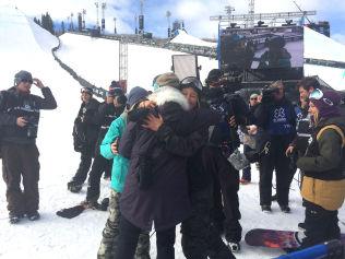 <p>GRATULERES: Norendal gratuleres av de andre snowboard-jentene etter seieren.<br/></p>