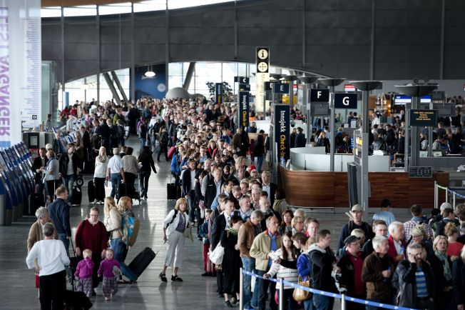 <p>GARDERMOEN BLIR RAMMET: Streik blant vekterne ga nesten en kilometer lang kø, som tok nesten 2 timer å komme seg igjennom i skikkerhetskontrollen på Oslo Lufthavn i 2012. FOTO: ESPEN BRAATA/VG</p>