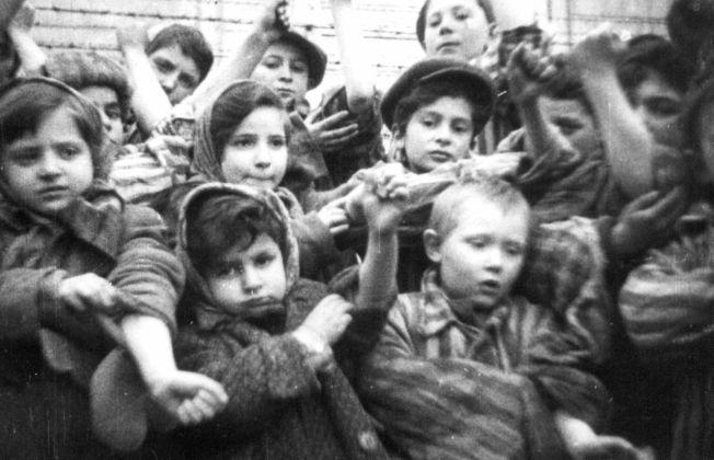 <p>TATOVERT: Noen av de få barna som overlevde Auschwitz viser fram de tatoverte fangenumrene sine til fotografene fra den russiske hæren.</p><p><br/></p>