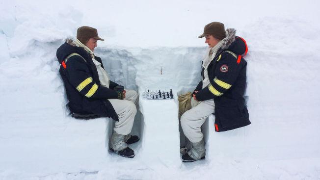 <p>DUELL: Tobias Santelmann (tv) og Eirik Evjen spilte sikkert 50 runder sjakk sammen, uten at Evjen fikk vinne en eneste gangen. Denne runden, som ble dokumentert med et bilde, vant imidlertid Evjen.</p><p><br/></p>