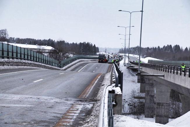 <p>KNEKK: Da bropilaren ga etter, fikk Skjeggestad bro på E18 ved Bentsrud i Holmestrand en knekk.<br/></p>