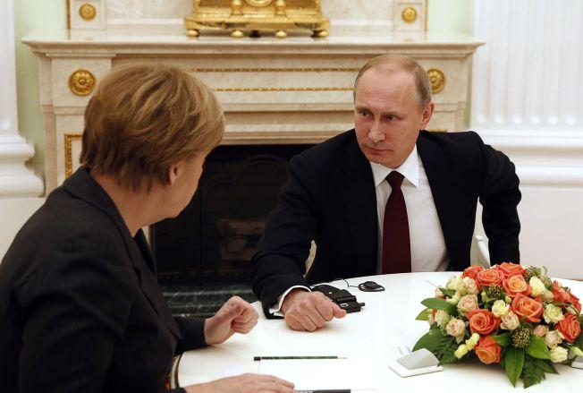 FRED(AG)SSAMTALER: Russlands president Vladimir Putin i fredssamtaler med med Angela Merkel sammen med den franske presidenten fredag i Moskva.