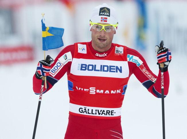 PROVOSERER: Petter Northug feiret stafettseier med et svensk flagg i Gällivare i 2012.