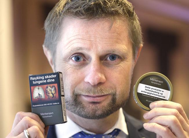 <p>SMAKLØS: Helseministeren poserte villig med sine nye «Høie-pakker» for sigaretter og snus mandag. Nå røper han at det vurderes å forby all snus som er smakstilsatt.<br/></p>