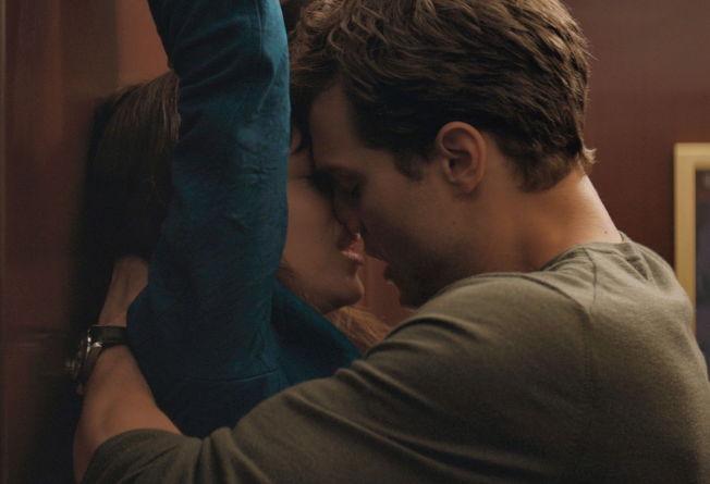 <p>TRANGT og - unnskyld uttrykket: jævelig; det er sånn Christian Grey liker det. Dakota Johnson og Jamie Dornan i «Fifty Shades of Grey».<br/></p><p><br/></p>