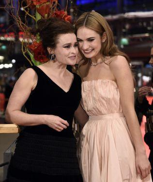 <p>SAMMEN I BERLIN: Helena Bonham Carter spiller den gode feen, mens Lily James spiller Askepott i «Eventyret om Askepott». Her er de på den røde løperen i Berlin i går.<br/></p><p><br/></p>