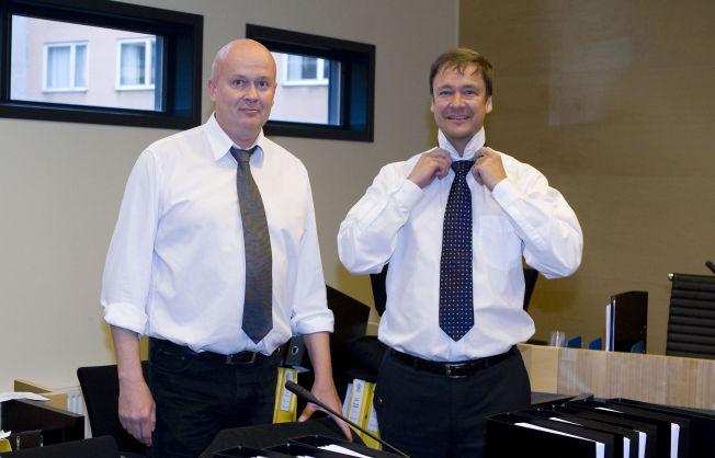 <p>VIL IKKE KOMMENTERE: Advokatene Arild Holden og John Christian Elden er politilederen Eirik Jensens nye forsvarere. Her fra en rettssak i 2009.</p><p><br/></p>