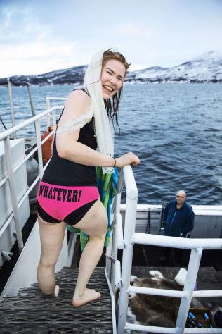 <p>BRUDEN SELV: Sigrid Karine Andersen er hovedpersonen i utdrikningslaget om bord. Hun er fornøyd med antrekket, og spesielt påskriften på trusa. Skipper Even Andersen er tilskuer.<br/></p>