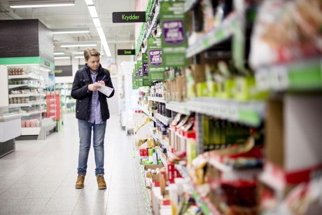 <p>REGISTRERER PRISER: Vetle Grim Hjelmtvedt (15) sjekker pris på 300 varer i de største dagligvarebutikkene, og vil gjøre det lettere for forbruker å finne frem til billigst pris. Han bruker mellom 45 og 90 minutter på å registrere prisene i hver butikk, og bruker som regel en hel dag på å registrere priser i syv butikker.<br/></p>