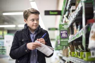 <p>NØYE: Vetle Grim Hjelmtvedt er nøye når han registrerer dagligvarepriser. Han tar forbehold om at feil kan forekomme, men mener han vil kunne oppdage feilene. Foto: ROBERT S.EIK</p><p><br/></p>