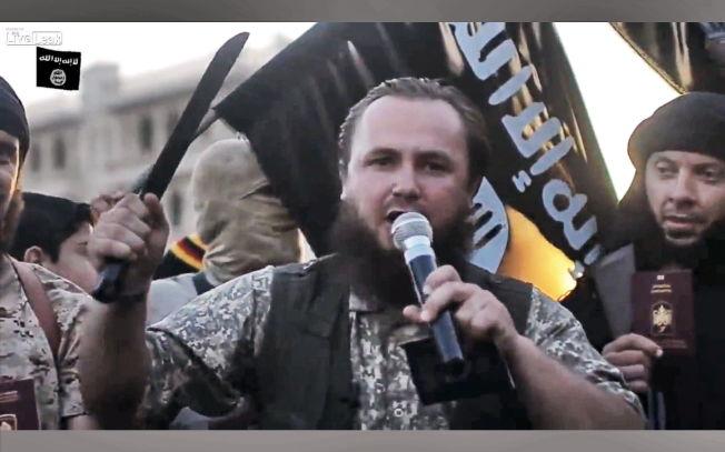 JIHADIST: Kosovoalbanske Lavdrim Muhaxheri holder en tale for fremmedkrigere i Irak. På slutten av videoen spidder han sitt pass med sverdet.