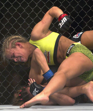 FARLIG TALENT: Paige VanZant vant på knockout mot Kailin Curren i november i fjor. I april er hun tilbake i buret.