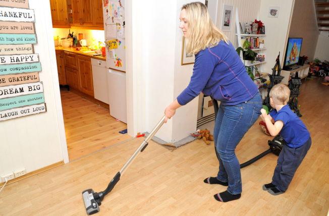 <p>BEGGE MÅ BIDRA: Småbarnsmor Marte Frimand-Anda (39) er helt avhengig av at hun og mannen deler på husarbeidet og barnepass.</p><p><br/></p>
