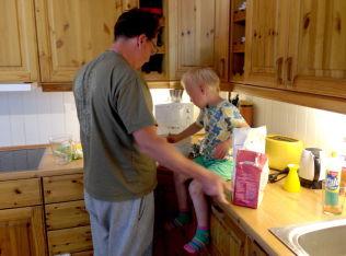 <p>PAPPA HJELPER TIL: Hos familien Frimand-Anda deler mor og far på alle arbeidsoppgavene hjemme – både barnepass og husvask.</p>