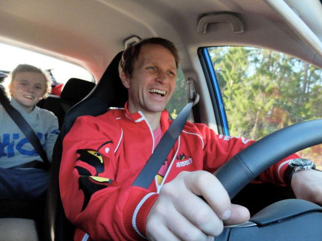 <p>FAR OG SØNN: På dette bildet fra april sitter Oliver i baksetet mens Petter Solberg kjører sønnen hjem fra skolen. Nå blir verdensmesteren superkjendis i TV-programmet Top Gear.<br/></p>