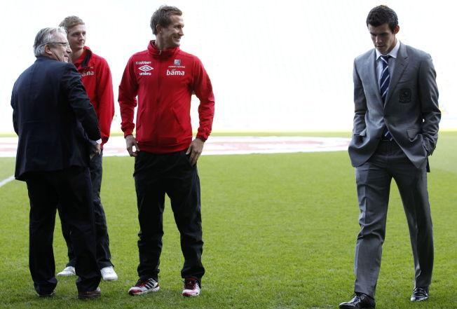 <p>BER OM UNNTAK: Davy Wathne sammen med Erik Huseklepp, Morten Gamst Pedersen og nåværende Real Madrid-stjerne Gareth Bale foran en landskamp for noen år siden. Huseklepp mener TV 2 bør gjøre et unntak for Wathne.<br/></p>