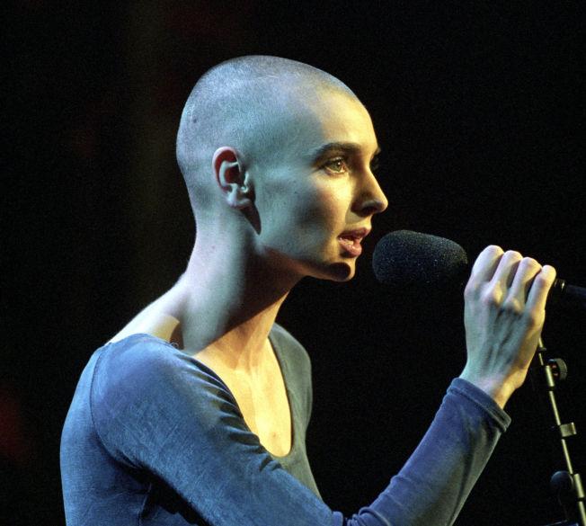 <p>LAR SLAGEREN LIGGE: Sinead O'Connor, her på scenen under Nobelkonserten i 1994. Foto: NTB SCANPIX<br/></p>