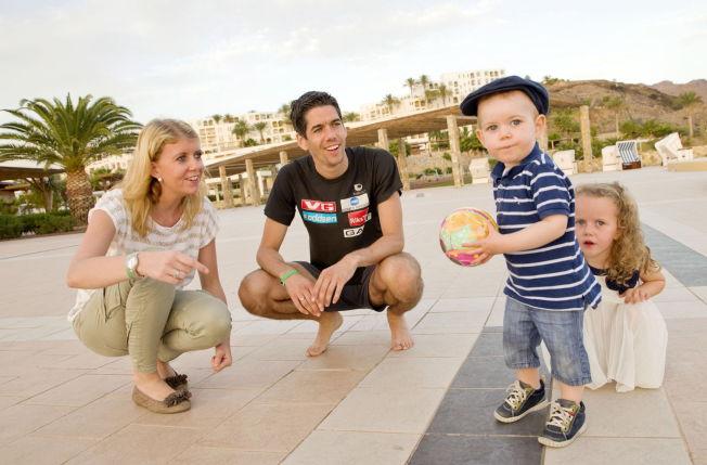<p>FAMILIEMANN: Anders Bardal sammen med kona Ingrid, og parets barn Thomas og Anna på hopplandslagets samling på Fuerteventura for halvannet år siden. I juni blir familien på fire til fem.</p>