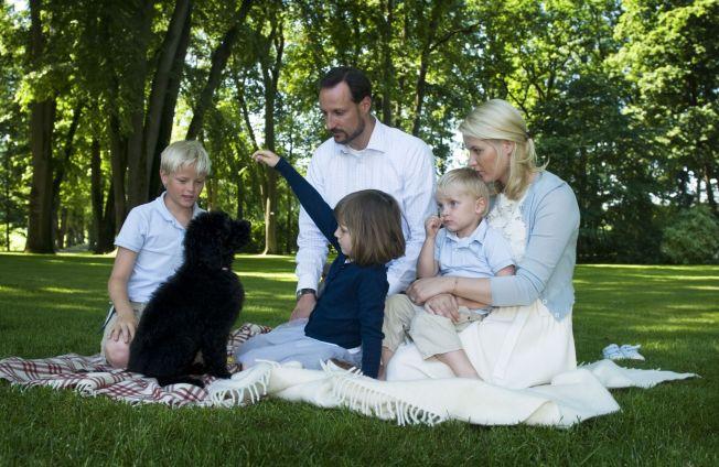 <p>FØRSTE HUND: Milly Kakao kom til Mette-Marit, Haakon, Ingrid Alexandra og Sverre Magnus da hun bare var ni måneder gammel.<br/></p>