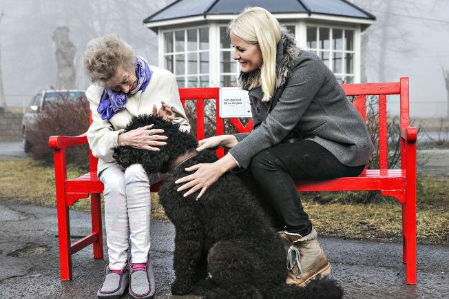 <p>HUND PÅ BESØK: Kronprinsesse Mette-Marit og Muffins Kråkebolle møter en beboer ved Solgården sykehjem.</p>