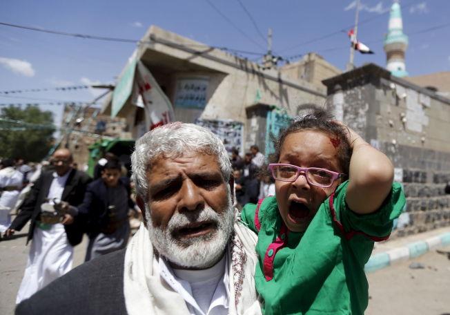 <p>UNGT OFFER: En skadet jente skriker, mens en mann bærer henne bort fra den ene moskeen som ble angrepet på fredag.<br/></p>