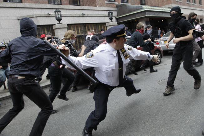 <p>HYGGELIG?: Dette bildet var blant de svært mange som ble delt under kampanjen #myNYPD. Bildet viser en politibetjent som svinger batongen sin mot aktivister under «Occupy Wall Street»-demonstrasjonene i 2013.<br/></p>