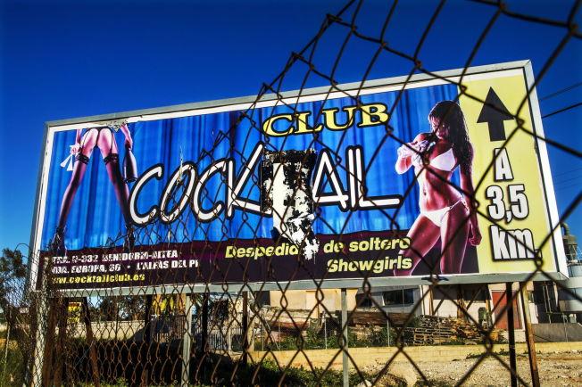<p>SEXKLUBBER: Langs allfarveiene på den spanskekysten reklamerer bordellene heftig med lettkledde damer.</p>